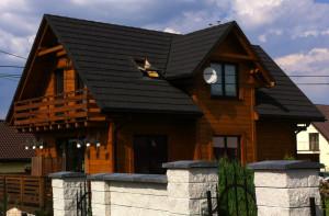 Dach kryty gontem stalowym na domu drewnianym